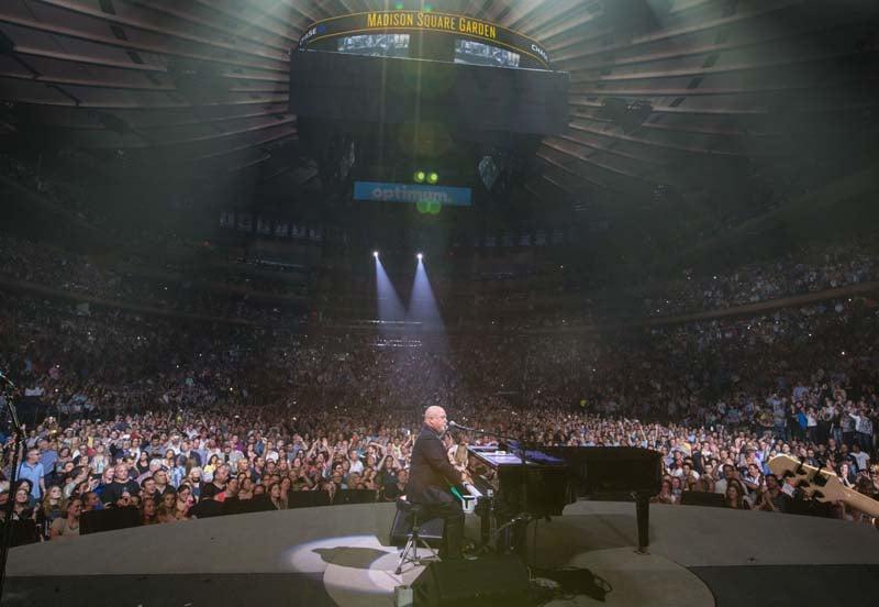 Billy sings Piano Man at MSG2