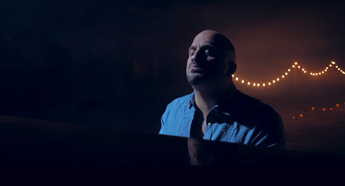 Mike DelGuidice in his music video 'Mona Lisa'
