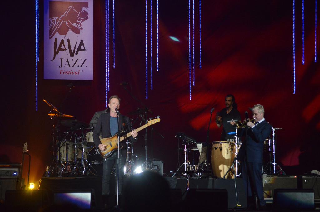 Musisi Sting (kiri) beraksi dan berkolaborasi dengan Chris Botti (kanan) di atas panggung Java Jazz Festival 2016 di JiExpo Kemayoran, Jakarta, 5 Maret 2016. FOTO: BeritaSatu Photo/Danung Arifin