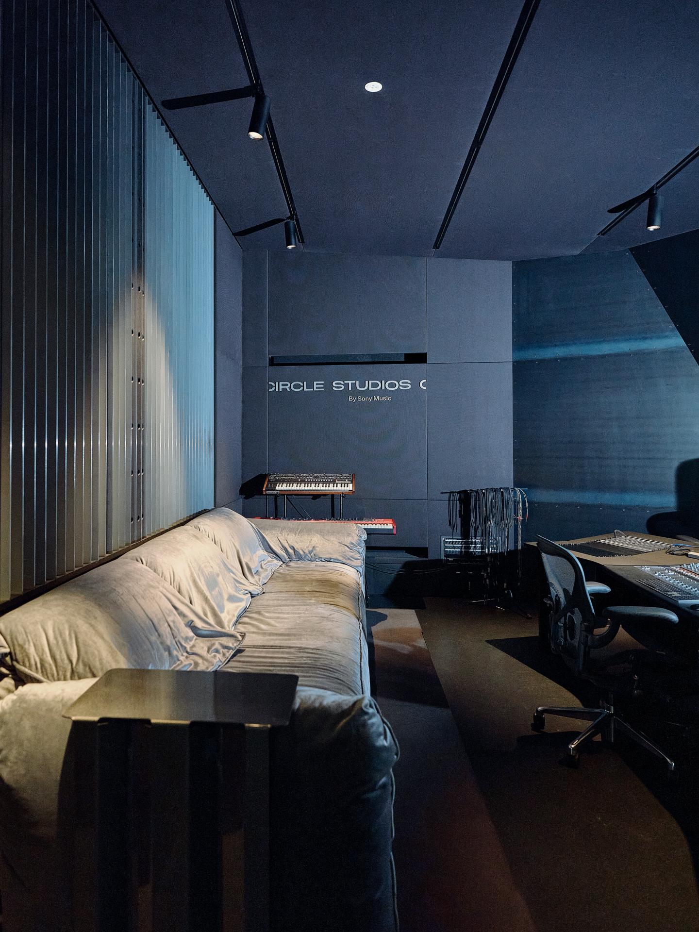 Black Room 5