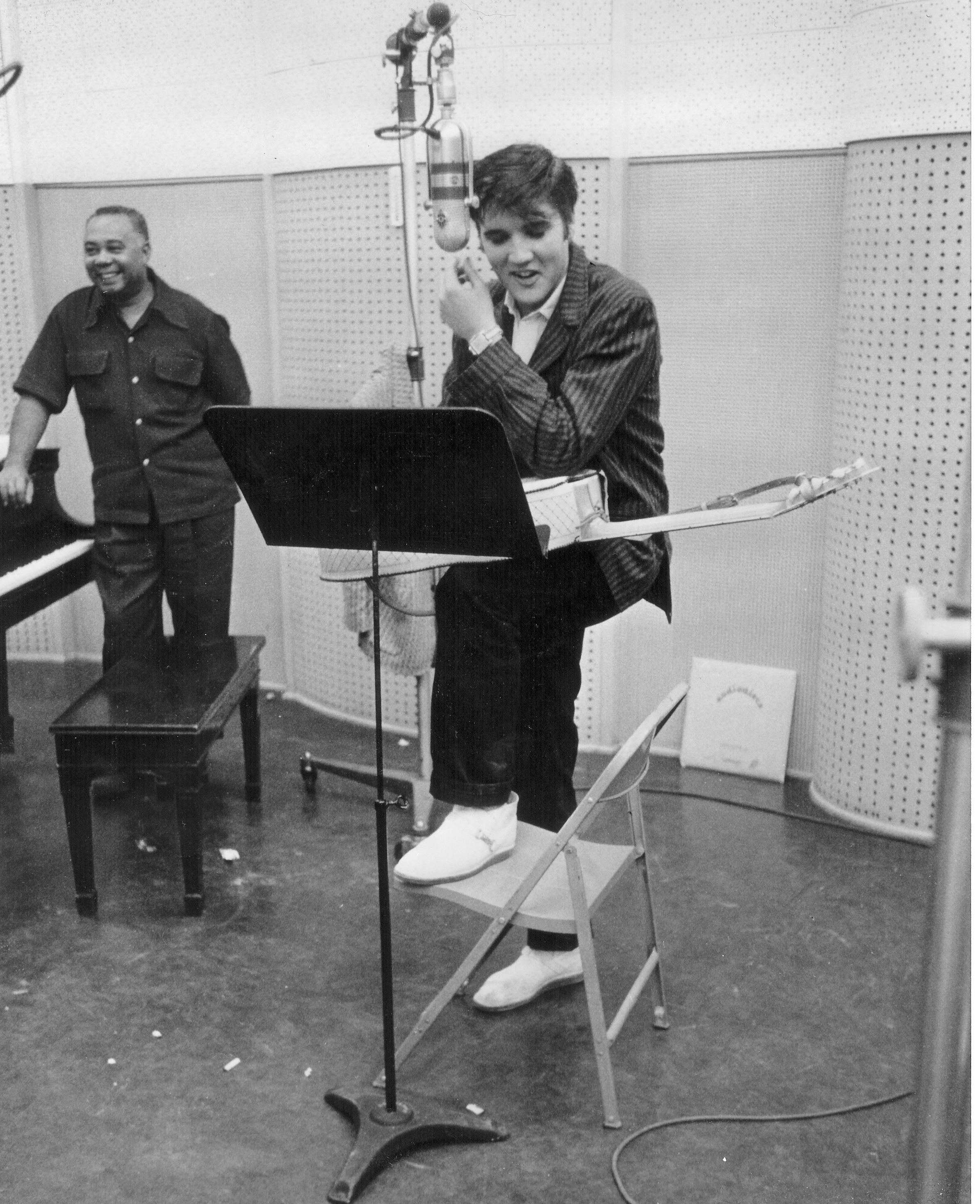 """Bei der Studioarbeit für die LP """"Loving You"""", Februar 1957"""