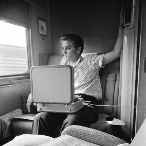 Elvis mit Plattenspieler im Zug