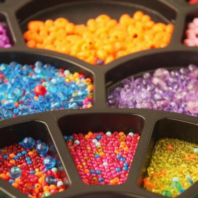 Bunte Perlen für Ketten und Armbänder.