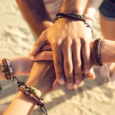 Makramee-Armbänder für deine Freunde und dich.