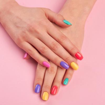 Lackiere deine Nägel in deine lieblings Farbe!