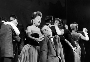 Ethel Merman and swooning Gordon Polk (Photo: Slim Aarons)