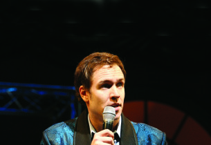 Stephen Lynch as Robbie Hart (Photo: Joan Marcus)