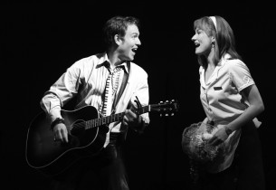 Robbie (Stephen Lynch) & Julia (Laura Benanti) (Photo: Joan Marcus)