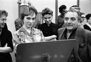 Julie Andrews, Frederick Loewe, and members of the ensemble