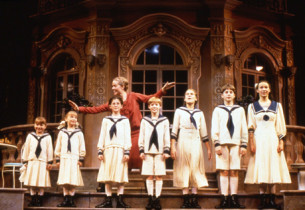 Rebecca Luker (Maria) and the children (from r. to l.): Sara Zelle (Liesl), Ryan