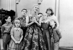 Mary Martin and the kids (Lauri Peters at right) (Photo: Eve Arnold)