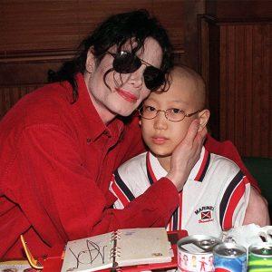 Michael Jackson visits cancer patient Lim Jae-Heonon at Bennigan's restaurant in Seoul, South Korea, June 23, 1999