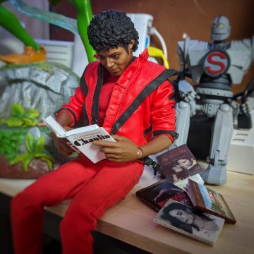 Thriller Michael reading a book