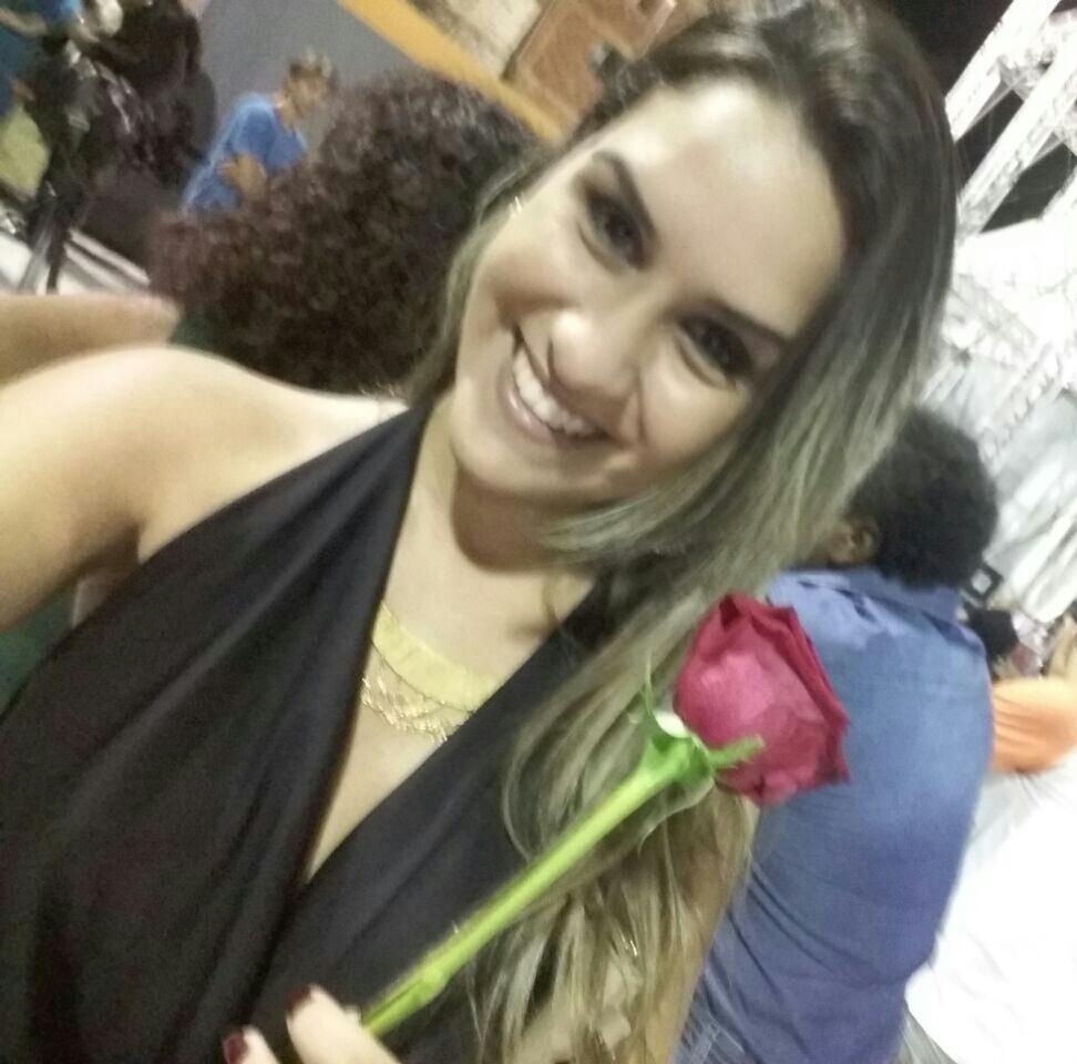Amanda Fonseca Bindes - Momento muito especial em um dos shows em que tive a oportunidade de receber essa linda rosa do homem mais maravilhoso da terra, Nosso Rei! Meu amor de infância á vida adulta. Show em comemoração ao aniversário dele em sua terra natal.