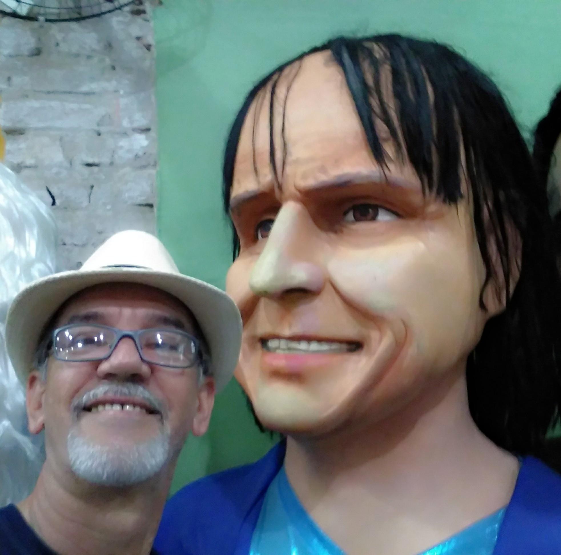 Cleiber Rogerio Rodrigues - Recife-PE com boneco gigante do Rei
