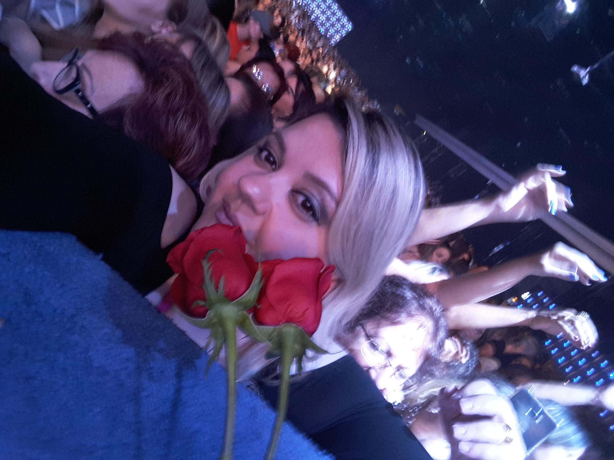 Ana Claudia Pagliaro de Amorim - As rosas no show só para mulheres!!!