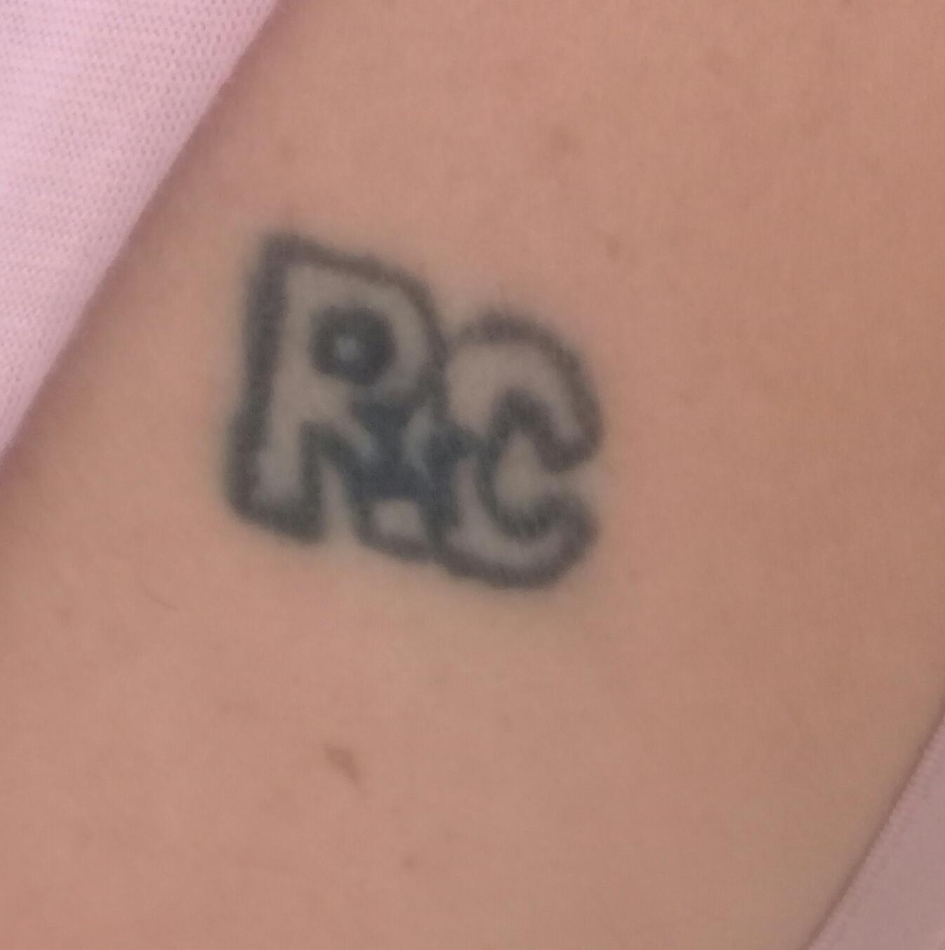 Gicelia cabral - Tenho uma tatuagem com as iniciais de Roberto Carl