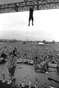 Pearl Jam (1991) Konzert Eddie Vedder am Gerüst Bühnendach