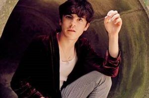 """DECLAN MCKENNA SIGNALS HIS RETURN WITH FRENETIC AND POLITICALLY DRIVEN NEW TRACK, """"BRITISH BOMBS""""."""