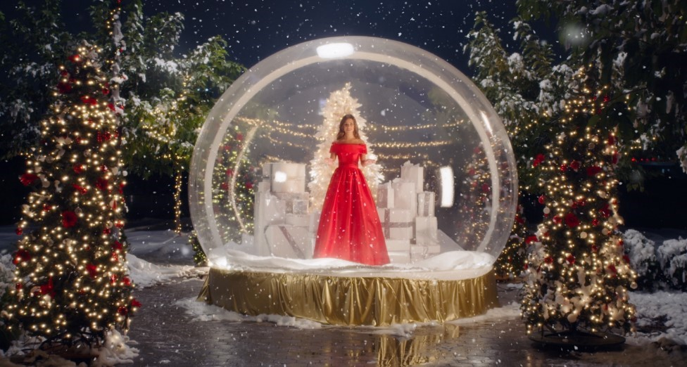 "LEA MICHELE  DEBUTS MUSIC VIDEO FOR  ""CHRISTMAS IN NEW YORK"""