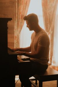 Adam Doleac playing piano picture
