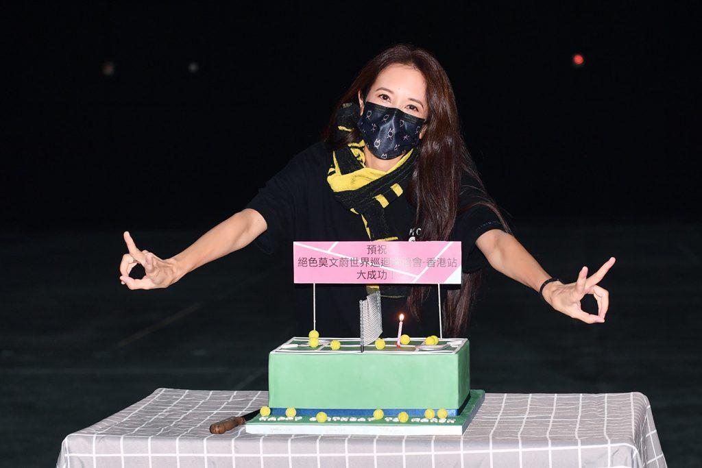 《绝色莫文蔚世界巡回演唱会香港站》 莫文蔚忙为个唱彩排 与老公排练室庆生