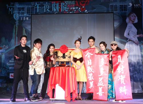 王若琳《午夜劇院》MV完整首映 送上「真善美」匾額 她哭笑不得