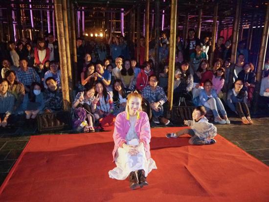 Joanna王若琳開唱雨神攪局 在北美館大門口演出直呼新鮮