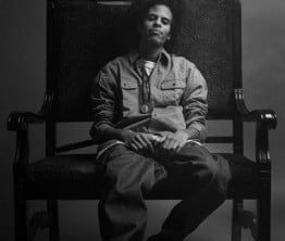 Young maler rim med den store afro og brede pensel