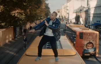 Kongen af pop viser tænder på den nye single 'Længe Siden' og han har tænkt sig at gå platin – og på vandet.