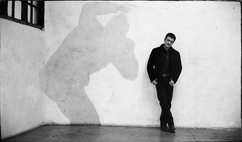 """Manolo García publica el tercer adelanto de su álbum doble """"Acústico, acústico, acústico"""" y agota las ediciones especiales en preventa"""