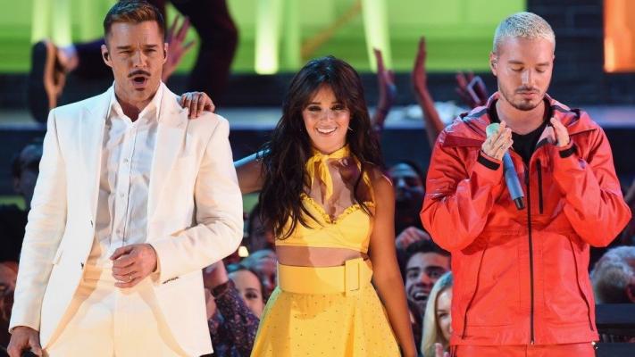 Camila Cabello junto a Ricky Martin y J Balvin en los Grammy Awards