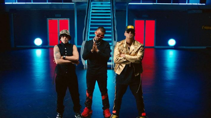 """Imagen de los artistas de reggaetón Manuel Turizo, Wisin y Yandel en el videoclip de su colaboración """"Mala Costumbre"""""""