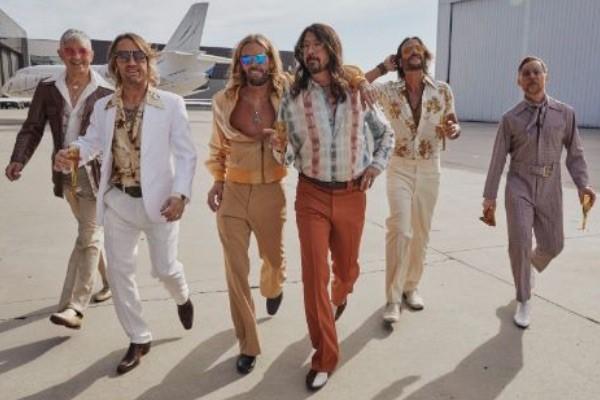 "Foo Fighters se transforman en los ¡""Dee Gees""!"