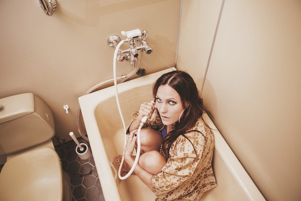 """Mira Luodin """"Puhu mulle hulluudesta"""" -singlen musiikkivideo on julkaistu"""