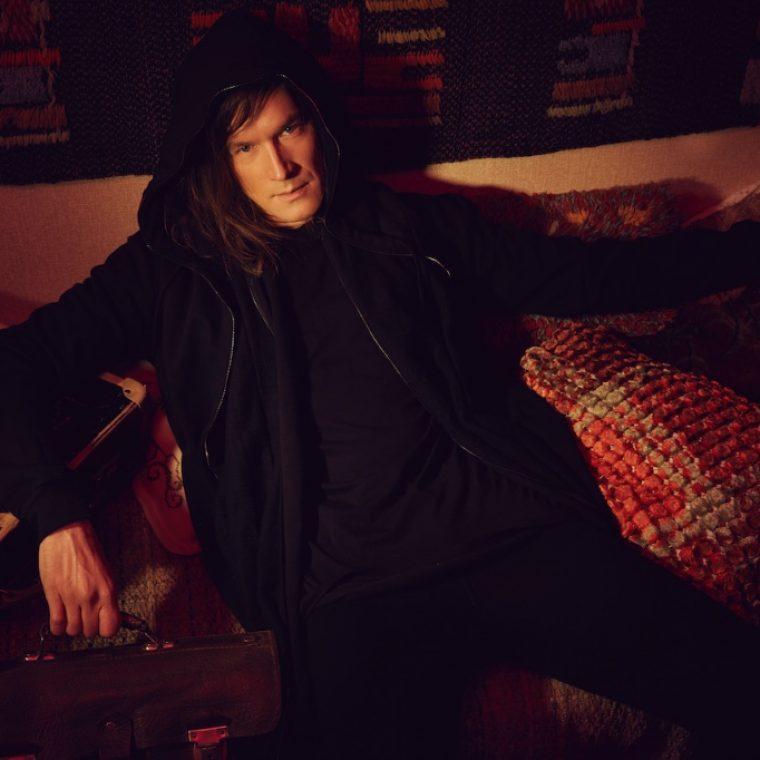 Karhuryhmän jahtaama Arto Tuunela tähdittää Pariisin Kevään uutta musiikkivideota