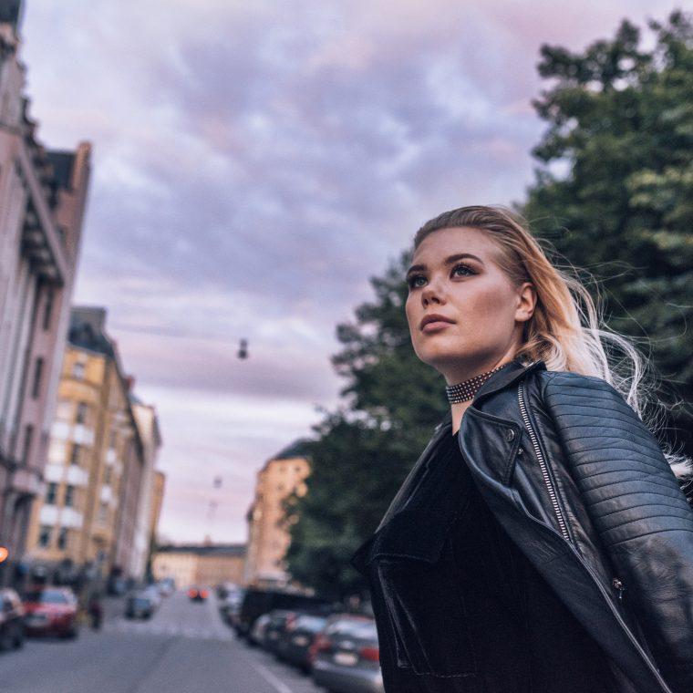 """Raikas artistitulokas Nomi julkaisi koskettavan debyyttisinglensä """"Ota mut takas"""""""