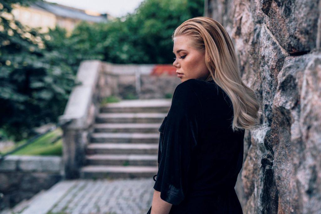 """""""Musiikki on ainoa asia mihin en oo koskaan kyllästynyt"""" – artistitulokas Nomi julkaisi uuden singlen """"Hetken tärkee"""""""