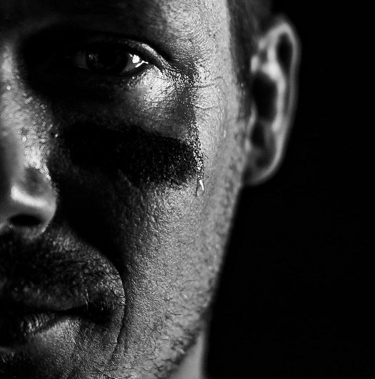 """10 peräkkäisen jalometallisinglen hittiputkessa oleva Aste julkaisi uuden kappaleen """"Pojat ei itke"""""""