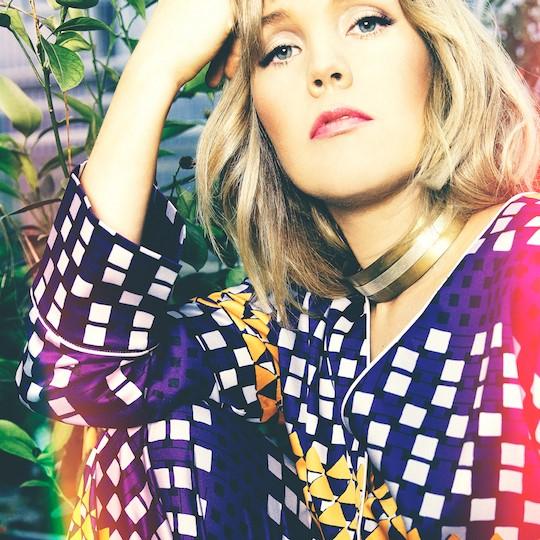 """Aurora palaa musiikillisille juurilleen uudella singlellä """"Aikaa ja aurinkoo"""""""