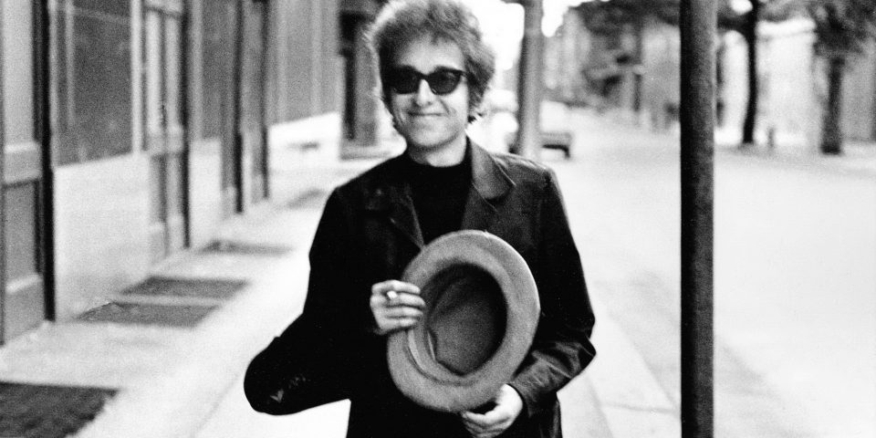 Bob DylanWalking With Top Hat Philadelphia PA 1964 (c)Daniel Kramer paysage
