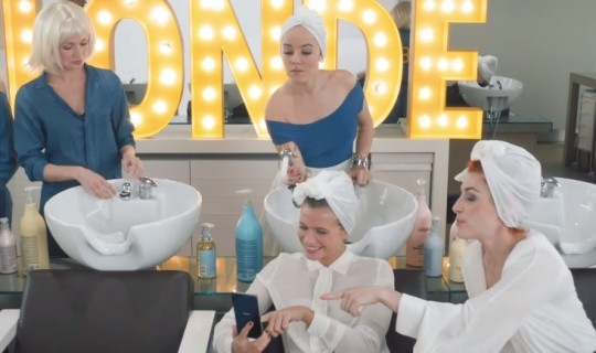 Sony Mobile participent au changement de coloration d'Alizée dans le clip « Blonde »