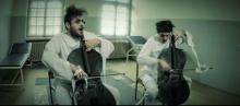 """2CELLOS coverują Muse czyli """"Hysteria"""" na dwie wiolonczele… za kratkami!"""