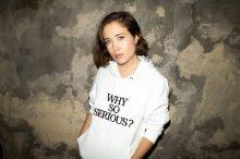 ALICE MERTON znana z hitu 'No Roots' powraca z nowym utworem – posłuchaj i zobacz 'Why So Serious'