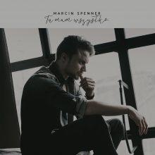 """Posłuchaj nowego singla Marcina Spennera i zobacz lyric video do """"Tu mam wszystko""""!"""