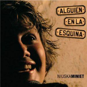 CD-0963_NIUSKA MINIET Alguien en la esquina