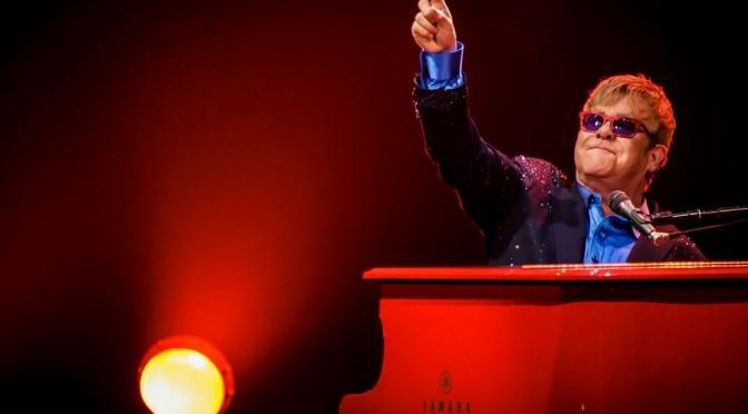 Elton John prestará una colección única de fotografías para una exposición