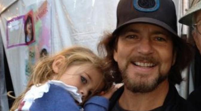 Eddie Vedder y su hija hicieron cover a canción de Batman